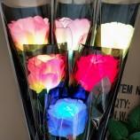 カラフルなLEDがバラの花束造花を照らします